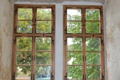 Dvě okna v arkádové chodbě