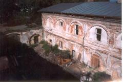 vychod-kridlo-z-nadvori-2001
