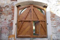 Téměř dokončená vrata, pohled z nádvoří