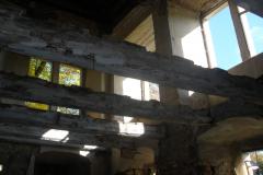 Vybouraný strop, jen trámy