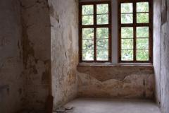 Okna v arkádové chodbě
