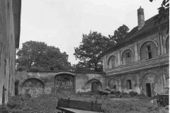 Nádvoří, pohled na bránu, 1980