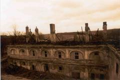 Vyhořelé východní křídlo, pohled od sýpky