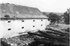 Pohled na sýpku z vyhořelé střechy východního křídla