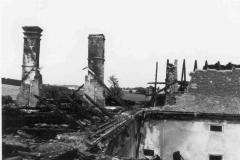 Vyhořelá střecha nad jižním křídel a nad sýpkou